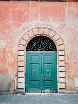 Porte Turquoise Verte à Trastevere, Rome. Voyage imprimer Italie - art de la photographie de film co sur Raisa Zwart