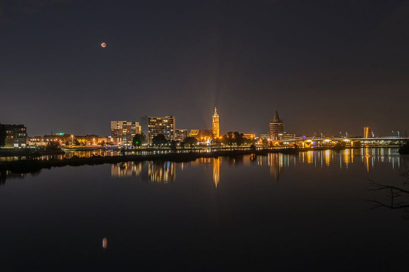Nachtelijke skyline Roermond met bloedmaan. von Martin de Bock