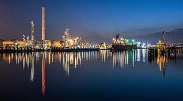 rotterdam shell pernis raffinaderij refinery blue hour vessels van Marco van de Meeberg
