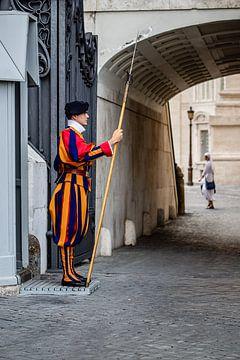 wachter in vaticaanstad van Eric van Nieuwland