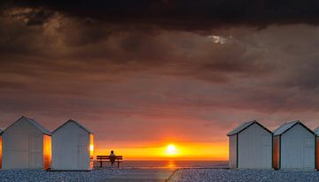 Zicht op zonsondergang en onweer