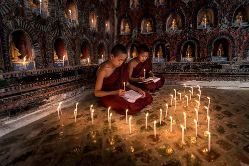 Lerende monniken in klooster in  Nyaung Shwe vlakbij Inle in Myanmar.  van Wout Kok