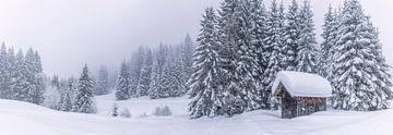 Panoramabild einer schneebedeckte Hütte in den Alpen von Thomas Heitz