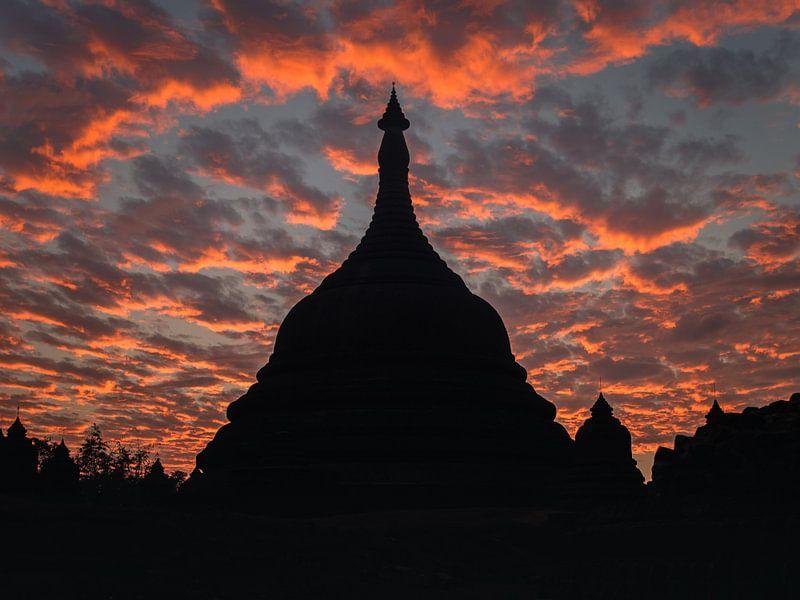 Tempel bij zonsondergang, Mrauk U, Myanmar van Annemarie Arensen