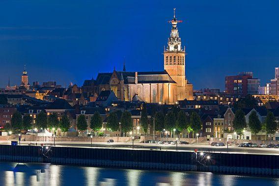 Nachtfoto St. Stevenskerk te Nijmegen van Anton de Zeeuw