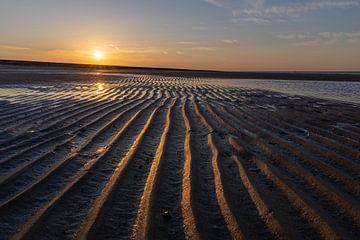 Linien am Strand bei Sonnenuntergang von StephanvdLinde