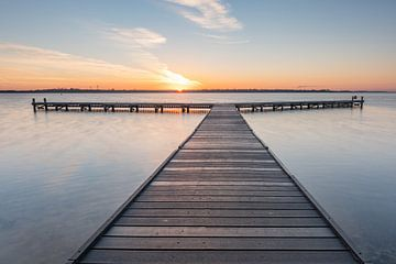 Sonnenaufgang am Steg Veerse Meer von Jan Poppe