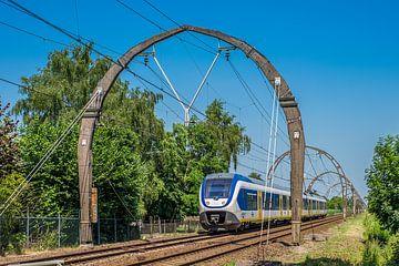 Spoorlijn met betonnen bovenleidingsportalen
