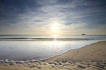 Vissersboot tijdens zonsondergang onderweg naar de zon van Gerben van Dijk