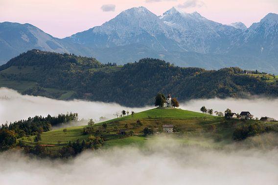 Kerk op een berg in Slovenië tijdens een mistige zonsopkomst