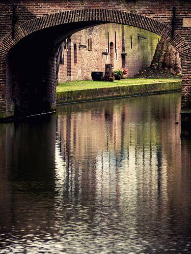 Doorkijk Quintijnsbrug aan de Nieuwegracht in Utrecht in kleur van
