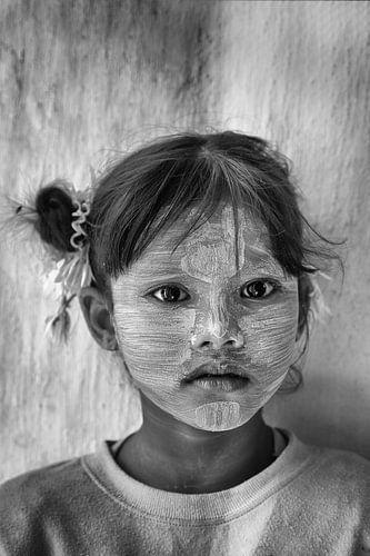 Meisje uit Bagan met Tanaka op haar gezicht. Wout Kok One2expose Photography van