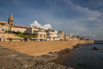 Mauer um das alte Zentrum von Alghero auf Sardinien herum von Joost Adriaanse
