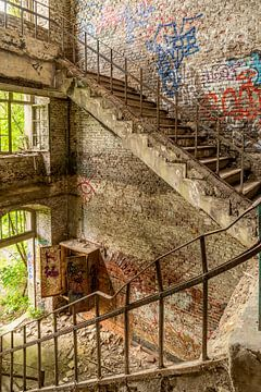 Escalier dans une usine abandonnée sur