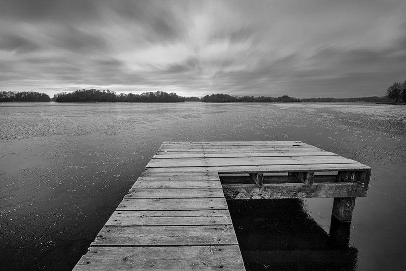 Aanlegsteiger in een bevroren meer van Peter Bolman