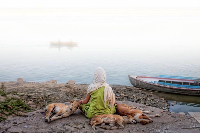 Mediterende vrouw aan de oever van de Ganges in Varanasi, India van Wout Kok