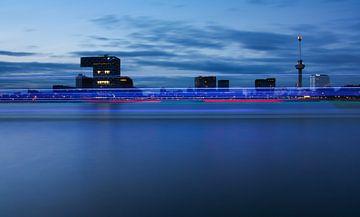 skyline van rotterdam met boot van
