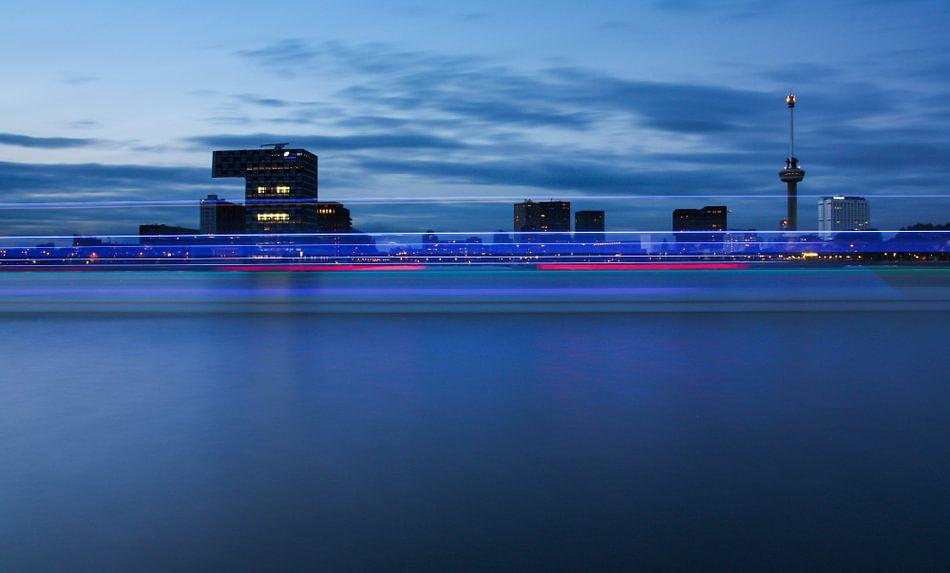 skyline van rotterdam met boot