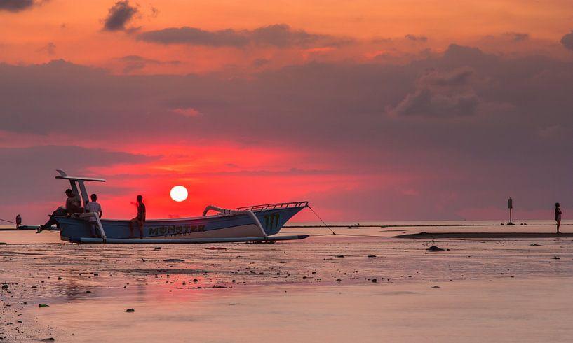 Sunset on Bali van Ilya Korzelius
