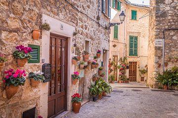 Oude stadsstraat in Valldemossa, Mallorca van Christian Müringer
