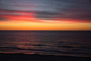 Rouge et jaune après le coucher du soleil Vlieland.