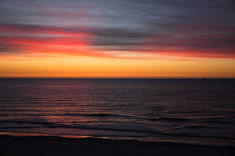 Rouge et jaune après le coucher du soleil Vlieland. sur Gerard Koster Joenje (Vlieland, Amsterdam & Lelystad in beeld)