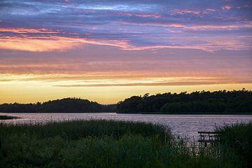 Avondlucht met gekleurde wolken na zonsondergang over een merenlandschap in Noord-Duitsland, kopieer van Maren Winter