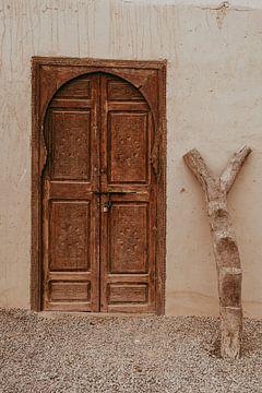 Houten deur Terre des Etoilles in de Agafay woestijn van sonja koning