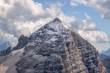 Bergblick auf den leicht beschneiten Tofana di Rozes von Leo Schindzielorz