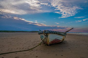 Altes Boot am Strand von Michel Knikker