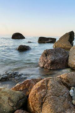stenen in de zee met zachte lucht von Eline Oostingh