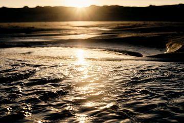 Plätscherndes Wasser am Strand von Sjoerd van der Hucht