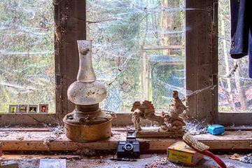 Stilleven in HDR van een olielamp voor een raam von W J Kok