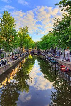 Amsterdamse Reguliersgracht verticale reflectie sur Dennis van de Water