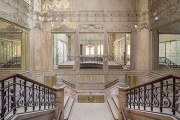 schöne Treppe in einem verlassenen Theater von Kristof Ven