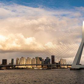 Rotterdam, zonnestalen strelen het topje van de Erasmusbrug van Ingrid Aanen