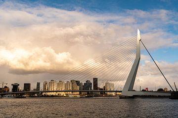 Rotterdam, zonnestalen strelen het topje van de Erasmusbrug
