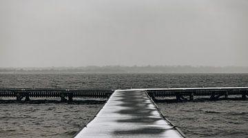 Besneeuwde steiger Veerse Meer van Percy's fotografie