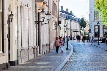 Nostalgische straat met mensen in beweging in Breda van Peter de Kievith Fotografie