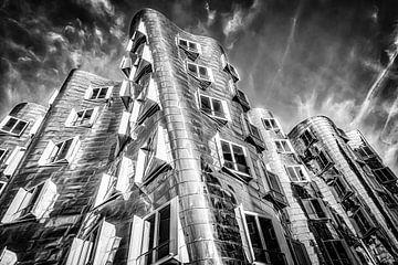 Gehry Bauten im Medienhafen in Düsseldorf in schwarz-weiss von Dieter Walther