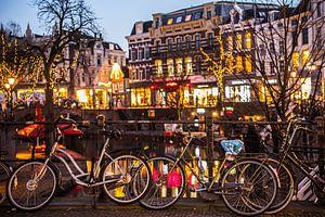 Fietsen aan de Oudegracht in Utrecht van
