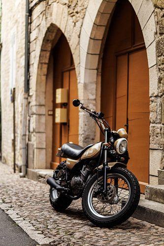 Oude motor past perfect in dit straatje von joost prins