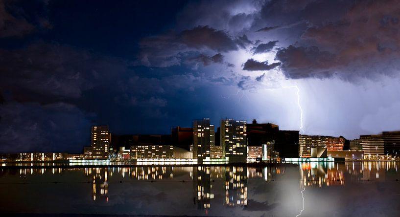 Almere  skyline met blikseminslag in de stad. van Brian Morgan