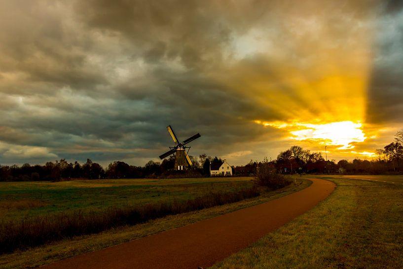 Schemerlicht op een windmolen van Brian Morgan