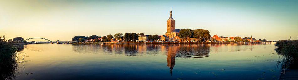 Panorama van de kade van Hasselt in Overijssel van Karel Pops