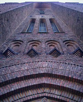 Ziegelsteinkirchturm der Heilig-Adrian-Kirche in Ixelles, Brüssel, Belgien. Blick von unten nach obe von Deborah Blanc