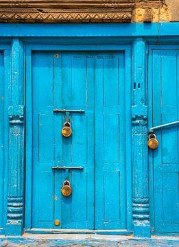 Porte bleue équipée avec cadenas, Katmandou sur Rietje Bulthuis