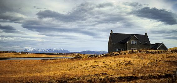 The Cuillins from the west, of clouds and cottages van Luis Fernando Valdés Villarreal Boullosa
