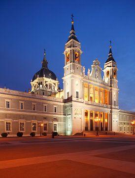 Spanien, Madrid,  Almudena Kathedrale, Abenddämmerung