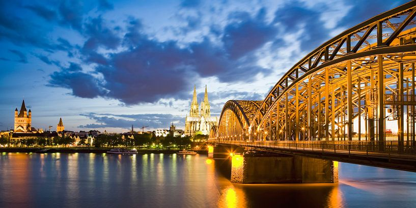 Cologne Cathedral and the Hohenzollern Bridge in Cologne at night van Werner Dieterich
